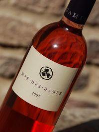 Mas des Dames is een achttiende-eeuws wijndomein in het zuiden van Frankrijk. Het is 24 hectare groot en 14 daarvan zijn inmiddels beplant met wijnstokken. De oudste daarvan zijn zo'n 80 jaar oud. De wijnkelder werd in 1850 gebouwd, dus er wordt hier al heel lang wijn gemaakt.     De wijngaarden liggen tegen de heuvels en worden omringd door een natuurlijke begroeiing van eiken, olijf- en pijnbomen, alsmede verschillende kruiden waarvan geur en smaak in de wijn zijn terug te vinden.
