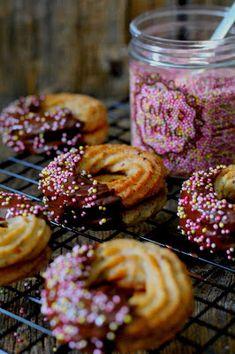 Kakkuviikarin vispailuja!: Pähkinämuro-pikkuleivät Holidays And Events, Doughnut, Muffin, Baking, Breakfast, Desserts, Food, Morning Coffee, Tailgate Desserts