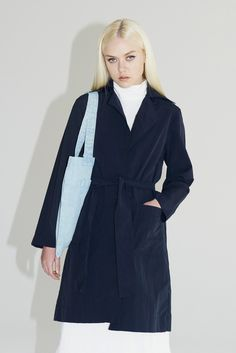 Lightweight duster jacket with collar and lapelthatsuits everyage/shape. Looks great worn open and with the sleeves rolled up. > Button-front closure>