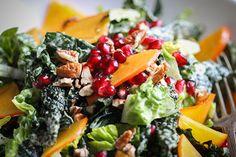 Veganer Powersalat mit Kaki, Granatapfelkernen und Pekannüssen