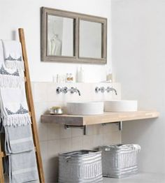 De kranen komen uit de muur, erg mooi, maar ook praktisch qua schoonmaken wastafel.