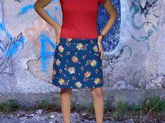 Falda azul oscuro/búhos multicolor/rojo (tela loneta y algodón), cintura elástica.