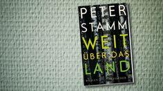 """Eben noch ist Thomas mit seiner Familie aus dem Urlaub zurückgekehrt, da entschließt er sich plötzlich zu gehen. Peter Stamm stellt in """"Weit übers Land"""" die Frage nach dem richtigen Weg im Leben."""