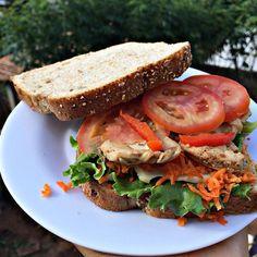Hoje deu vontade de um sandubinhaaaa! Pãozinho 100%, peito de frango, uma fatia de ricota, alface, tomate, pimentão e cenourinha! Ave  #postreino #mara