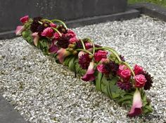 smal kiststuk in rood Grave Decorations, Centerpiece Decorations, Flower Centerpieces, Flower Decorations, Deco Floral, Arte Floral, Floral Design, Funeral Flower Arrangements, Funeral Flowers