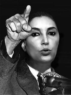 BENAZIR BHUTTO (Pakistán 1953 – Rawalpindi 2007) fue una política pakistaní que dirigió el Partido Popular de Pakistán, un partido político de centroizquierda afiliado a la Internacional Socialista. Fue la primera mujer que ocupó el cargo de Primer Ministro de un país musulmán y dirigió a Pakistán en dos ocasiones entre los años 88-90 y 93-96...