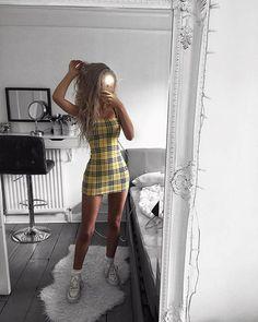 Alerta de tendência: vestido xadrez. Tartan amarelo, tênis branco