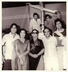 Muhurat of Dharam Kanta, August Sunil Dutt switched on the camera and Amitabh Bachchan gave the clap. Old Bollywood Movies, Bollywood Cinema, Bollywood Photos, Vintage Bollywood, Bollywood Stars, Rare Pictures, Rare Photos, Rare Images, Rajesh Khanna