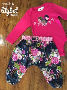 f3a709fbd7f Artículos similares a Body y pantalón bombacho de bebé niña Set tamaño 1  (18mnths) en Etsy
