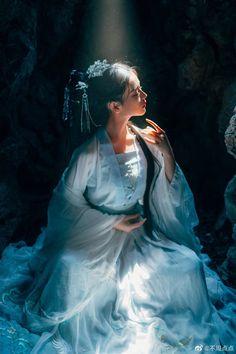 Asian Photography, People Photography, Poses, Anime Art Girl, Hanfu, Traditional Dresses, Asian Fashion, Asian Beauty, Asian Girl