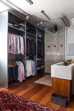 Closet amplo e bancada com estilo industrial (Foto: Divulgação)