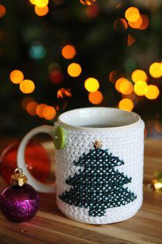 Christmas tree cross stitch crocheted mug cozy, a free christmas pattern.