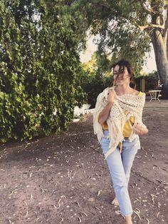 "SusiMiu | Patrón de Chal Triangular de ganchillo "" 9 de Junio"" T Shirts For Women, Fashion, Long Scarf, Knitting And Crocheting, Tricot, Cut Out Shoulder Top, Crochet Shawl, Scarfs, Ponchos"