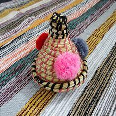 Objet déco, boîte à bijoux, le panier berbère en alfa ajoutera une touche ethnique chic à votre intérieur.  Chaque pièce unique est fabriquée à la main par des femmes marocaines qui transmettent cette tradition à leur fille.