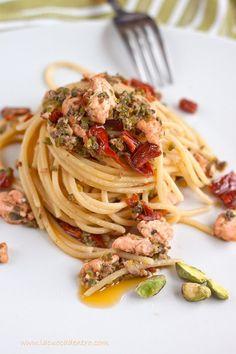 pasta with salmon, sundried tomato, and pistacchio Italian Pasta Recipes, Italian Dishes, Salty Foods, Italy Food, International Recipes, Pasta Dishes, Fish Recipes, My Favorite Food, Pesto
