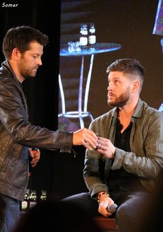 Notice how Misha always serves Jensen first before getting himself a drink. Supernatural Actors, Supernatural Pictures, Supernatural Wallpaper, Winchester Supernatural, Jensen Ackles, Jensen And Misha, Young Misha Collins, Supernatural Convention, Dean And Castiel
