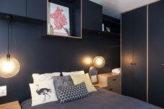 Dans cette appartement, les mètres de long couloir ont été supprimé pour laisser place à une pièce en plus dans un style rétro – urbain!