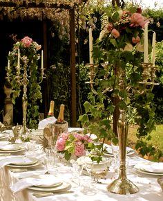 Intiem dineren met bloemenkandelaren op het Hoogh Huys