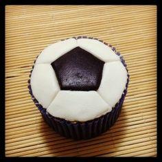 Cupcake Bola de Futebol | Cupcake inspirado na bola de futebol coberto com pasta americana, massa do bolo e recheio de sua preferência.