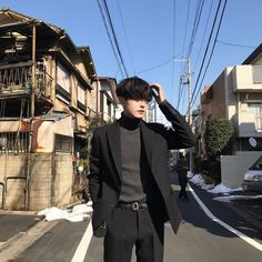 If you're a guy who tends to be awkward and easily embarrassed when posing for a photo, we have 8 easy, natural and effortless poses that even you can pull off in public without feeling paiseh. Korean Fashion Men, Ulzzang Fashion, Korean Men, Boy Fashion, Mens Fashion, Fashion Outfits, Fashion Wear, Asian Fashion, Korean Boys Ulzzang