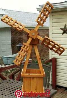 Windmill planter in 2020 Awesome Woodworking Ideas, Woodworking Projects That Sell, Woodworking Joints, Woodworking Furniture, Woodworking Crafts, Windmill Diy, Garden Windmill, Natural Wood Crafts, Cedar Stain