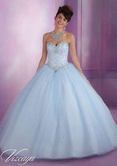 Este vestido de 15 años es corte princesa. Es algo similar al de Cenicienta. La falda posee de brillos al igual que la parte superior. Color: celeste cielo