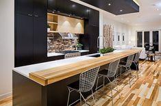cuisine noire et bois avec bar
