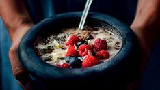 Náš dnešní výběr zaujme především milovníky sladkých a zdravých snídaní – rozhodli jsme se totiž dát na hromadu nové recepty, kde figurují oblíbené kaše! :) Gordon Ramsay, Acai Bowl, Oatmeal, Low Carb, Fresh, Breakfast, Food, Kuchen, Essen