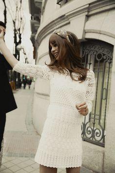 Editorial de moda de novias inspirada en la estética de los años sesenta: Sortija de flor de Carrera y Carrera