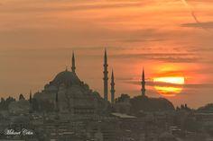 映照在落日背影下的伊斯坦布爾蘇雷曼尼耶清真寺Süleymaniye Camii。 ©Mehmet Çetin
