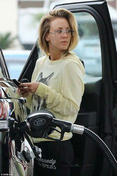 Daily chores: Kaley Cuoco was spotted Tuesday as she stopped to gas up her Range Rover in Los Angeles Blonde Actresses, Actors & Actresses, Beautiful Celebrities, Beautiful Actresses, Beautiful Females, Gorgeous Women, Caley Cuoco, The Bigbang Theory, Foto Pose
