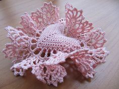 http://make-handmade.com/wp-content/uploads/2012/01/valentine-handmade-gifts-sweet-crocheted-heart-tutorial-make-handmade-16290813757_c1717a0711.jpg