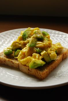 BREAKFAST Scrambled Eggs with Avocado A pat of butter A scant teaspoon olive oil 2 eggs 1 quarter of an avocado, peeled and cubed Sea salt flakes Freshly cracked black pepper 1 slice of toast (preferably whole wheat or a nice grainy type) TASTY! I Love Food, Good Food, Yummy Food, Brunch Recipes, Breakfast Recipes, Breakfast Ideas, Vegetarian Recipes, Cooking Recipes, Healthy Recipes