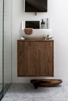 tiny bath: floating sink.