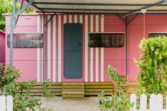 Mobil Homes en alquiler en el camping situado en primera línea de mar, en la Costa Dorada. Cinque Terre, Shed, Outdoor Structures, Beach Feet, El Dorado, Barns, Sheds