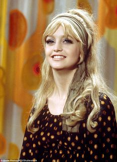 Retro Hairstyles Goldie Hawn hair inspo - Women haircuts side slick bun hairstyles,current hair cuts easy updo hairstyles for short hair,hair care for platinum blonde hair extensions. 1970s Hairstyles, Scarf Hairstyles, Vintage Hairstyles, Look Vintage, Vintage Beauty, Vintage 70s, Disco Hair, 1970s Makeup, 70s Hair And Makeup