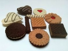 Felt food set - cookies biscuits tea party / wool blend felt Listing is for set of - 8 cookies - 2 small rolled wafers Size of cookies is about 4 Felt Cake, Felt Cupcakes, Food Crafts, Diy Food, Felt Food Patterns, Felt Play Food, Set Cookie, Felt Toys, Felt Ornaments