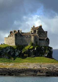 Duart Castle on the Isle of Mull in Scotland. Used as the castle for the Mackenzie Clan in 'Outlander' Vila Medieval, Chateau Medieval, Medieval Castle, Scotland Castles, Scottish Castles, Beautiful Castles, Beautiful Places, The Places Youll Go, Places To See
