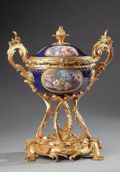 Vases Decor, Art Decor, Luxury Furniture Stores, Vases For Sale, China Porcelain, Porcelain Doll, Art Object, Pottery Art, Decorative Boxes