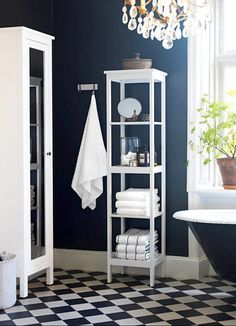 Синяя ванная с яркими белыми акцентами на деталях интерьера