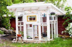 Alussa oli vain kasa ikkunoita ja unelma kasvihuoneesta. Ikkunoita on kerätty niin mummin vanhasta kanalasta, mieheni vanhempie...