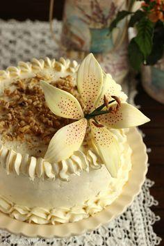 """La Tarta colibrí, o """"Hummingbird Cake"""", es una fusión de intensos sabores que invita a saborear cada bocado."""
