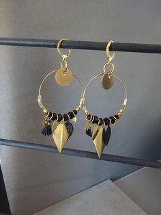 Boucles doreilles créoles montées sur des crochets en acier inoxydable , hypoallergéniques - créoles en acier inoxydable - perle cube dorée - perle à facettes noires - breloque étoile en métal doré - sequin étoile en acier inoxydable - feuille émaillée noire - losange en métal doré -