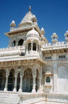 Gaitor Temple in Jaipur. (not my photo) India. Indian Architecture, Religious Architecture, Beautiful Buildings, Beautiful Places, Weather In India, Lord Jagannath, Backpacking India, Watercolor City, Amazing India