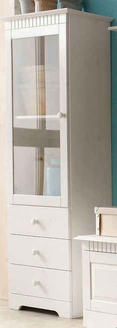 Details: , Schubkästen auf Metallschienen., 1 Tür mit Glaseinsatz, links oder rechts montierbar., Hinter den Glastüren 2 Fächer. Fachinnenmaße (B/T): 46/28,5 cm.  Gesamthöhe des Fachs hinter den Türen: 98 cm, lässt sich durch 1 verstellbaren Einlegeboden in 2 Fächer teilen., 3 Schubkästen mit Innenmaßen (B/T/H): 46/26,5/13 cm,   Maße (B/T/H):  , Außenmaße: 55/35/160 cm.,,   Alles ca.-Maße.  S...