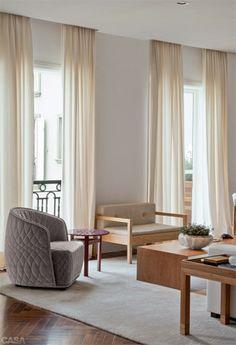 Nesta foto, entre as janelas, namoradeira da Etel. Mesa de centro de Jader Almeida (também da Dpot). A poltrona cinza e a mesa lateral vermelha são de Patricia Urquiola (Micasa). Tapete da By Kamy.