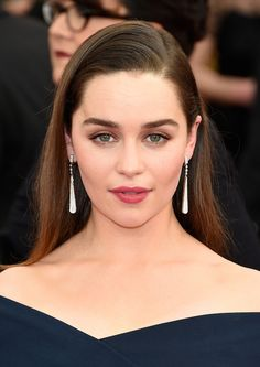 Emilia Clarke was born in London, but grew up at Berkshire countryside. Emilia Clarke graduated from Drama Center in Emilia Clarke is english actress Emilia Clarke Hot, Emelia Clarke, Mother Of Dragons, Julia, Hollywood Actresses, Hollywood Celebrities, Hot Actresses, Beautiful Actresses, Makeup Looks