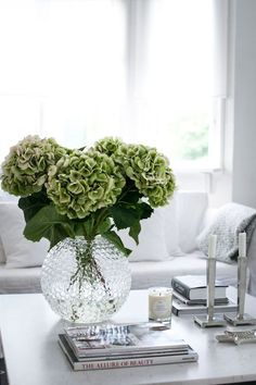 10 Tips For Coffee Table Styling Coffee table decor styling decorating ideas, modern living room, home decor ideas . Find more inspirations at Coffee table decor styling decorating ideas, modern living room, home decor ideas . Find more inspirations at Coffee Table Styling, Decorating Coffee Tables, Coffee Table Books, Coffee Table Design, Coffee Table Flowers, How To Decorate Coffee Table, Silver Coffee Table, Decoration Evenementielle, Table Decorations