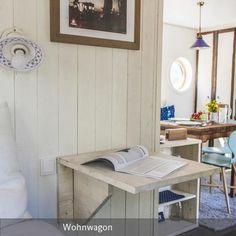 Ein klappbarer Nachttisch aus Massivholz in maritimer Einrichtung - klasse für kleine Räume und Ferienhäuser. Mehr auf roomido.com #roomido