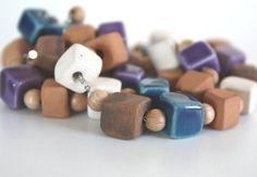 Girocollo con perle a cubetto in ceramica di NidaTerraELana, €64.00